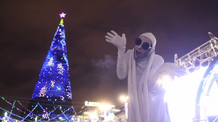 Магия какая-то. Главная новогодняя елка Екатеринбурга за месяц подорожала на 1,5 миллиона