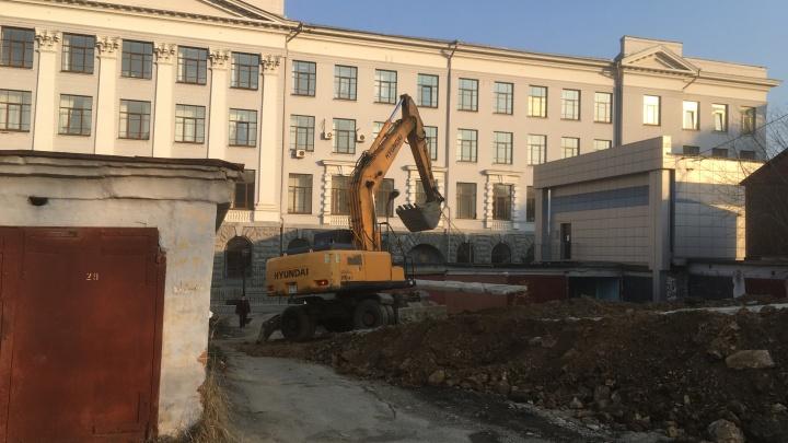 Жители квартала у Макаровского моста обвинили застройщика в захвате земли