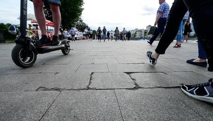 Мэрия Екатеринбурга не стала судиться с подрядчиком из-за разбитого тротуара на Плотинке
