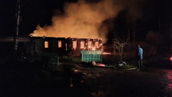 «Спали все, кроме одного»: в Ярославской области сгорел дом большой семьи