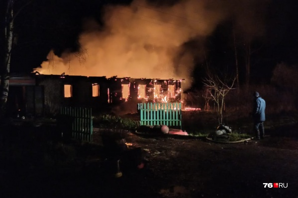 Огонь занялся на крыше