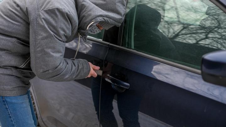 Работник автосервиса сделал дубликат для клиентского авто и угнал его