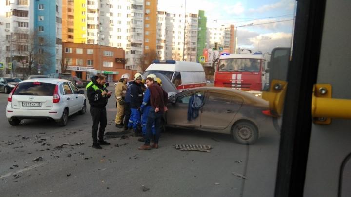 Обломки по трем полосам: в Самаре около ТЦ «Апельсин» столкнулись два авто