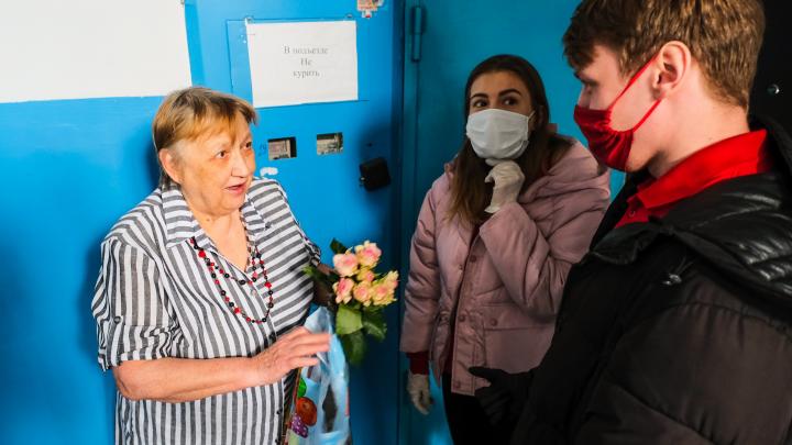 Праздник с доставкой на дом: как волонтеры ходили поздравлять с днем рождения пермскую пенсионерку