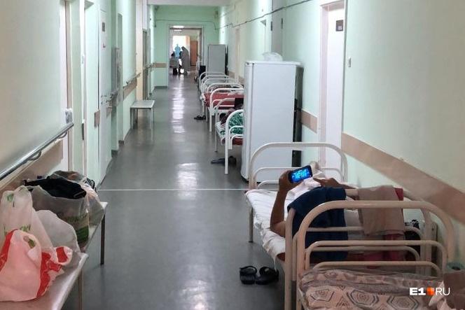 В коридоре 24-й больницы поставили койки для пациентов