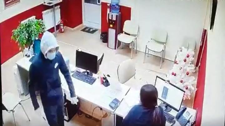 В Екатеринбурге ограбили организацию, выдающую микрозаймы. Эпизод попал на видео