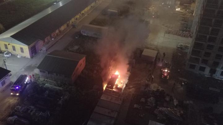 На стройке нового жилого комплекса в Екатеринбурге вспыхнул пожар