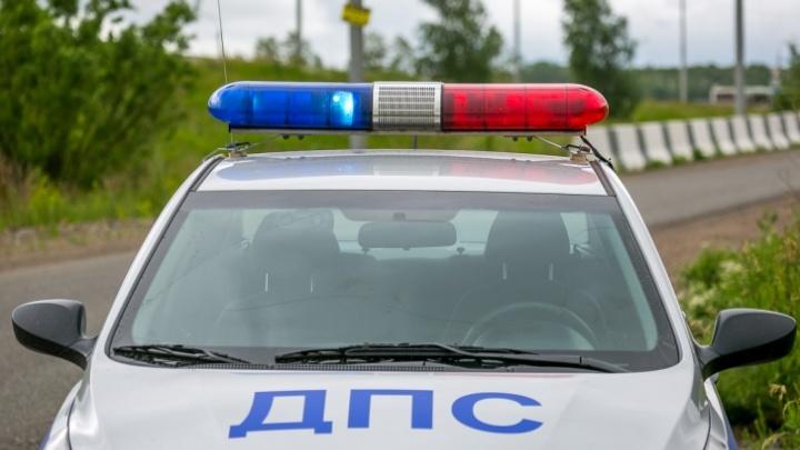Незадачливый водитель пытался подсунуть взятку гаишнику под коврик патрульного авто