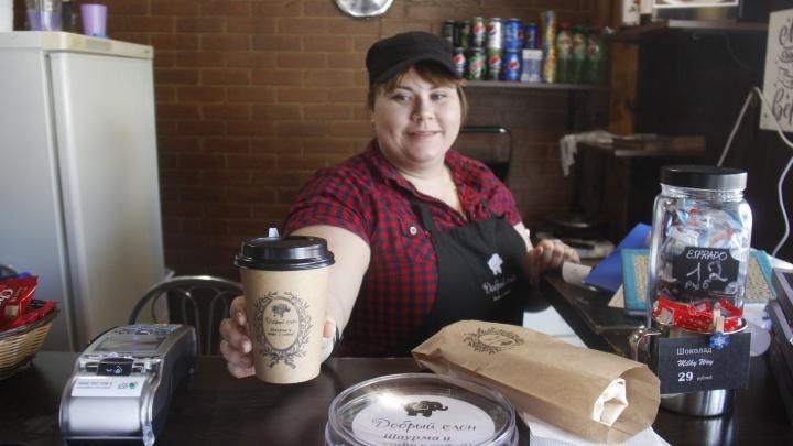 Выбрала между сексом, едой и развлечениями: девушка-энергетик открыла на Нарымской кофейню с шаурмой