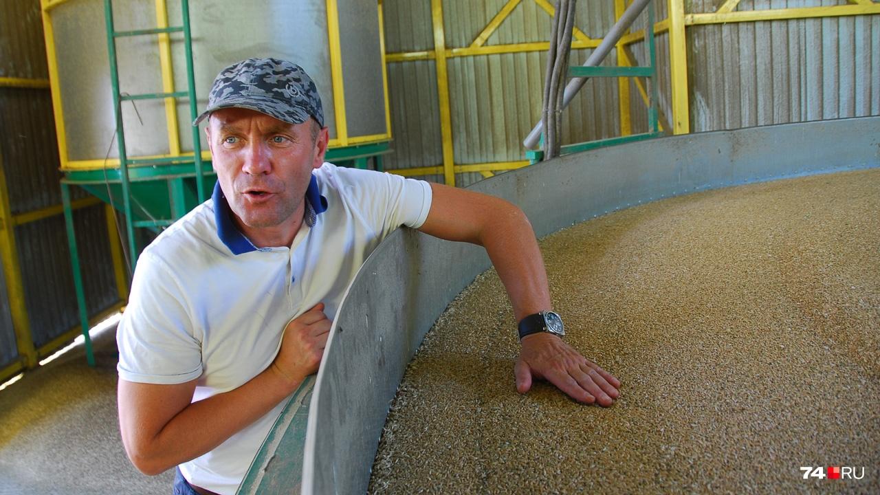 — Положи руку. Чувствуешь тёплый поток? — спрашивает он.&nbsp;<br>Так работает сушилка для зерна. В том числе она снижает риск самовозгорания