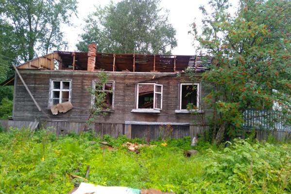 Горевшие дома — нежилые, но из-за огня на их тушение бросают несколько пожарных расчетов