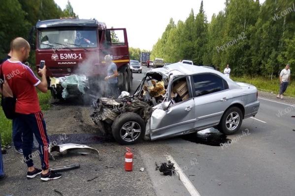 В результате аварии на месте погибли водитель и пассажир легковушки