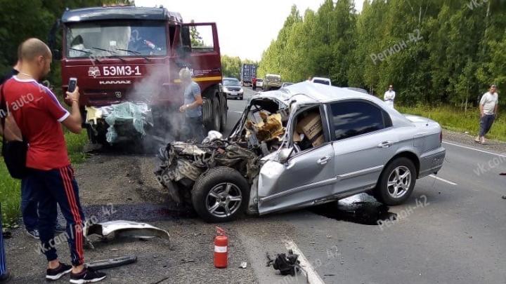 На трассе в Кузбассе легковушка вылетела на встречку и врезалась в КАМАЗ, два человека погибли