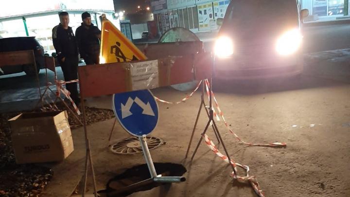 В районе «Леруа Мерлен» под микроавтобусом провалился асфальт