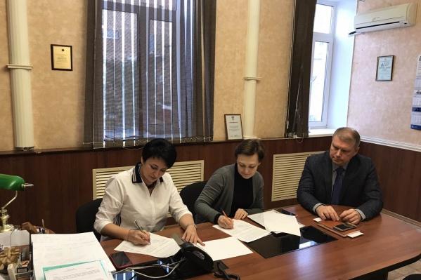 Со стороны самарской скорой подпись в документе поставил ее директор — Вячеслав Малахов (крайний справа)