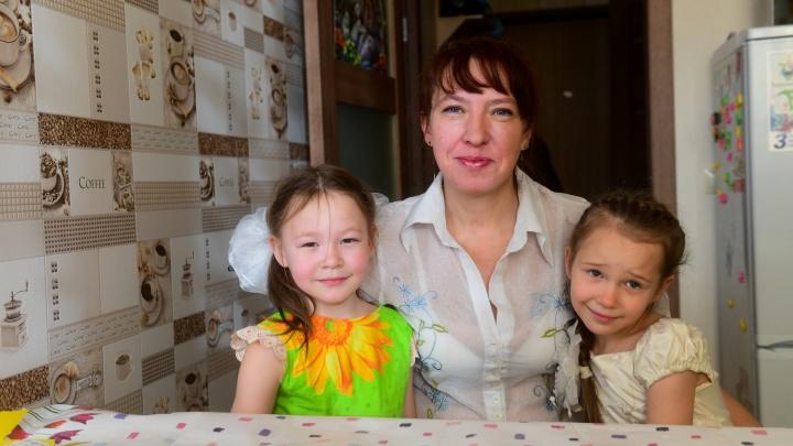 Мама-бабушка: как живет екатеринбурженка, у которой дочка и внучка — ровесницы