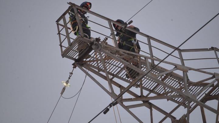 «Дома на электричестве, мы рискуем просто замерзнуть»: жители села под Екатеринбургом остались без света