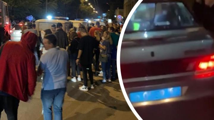 Ночные тусовщики раскачали полицейский автомобиль под песню Давы — смотрим видео