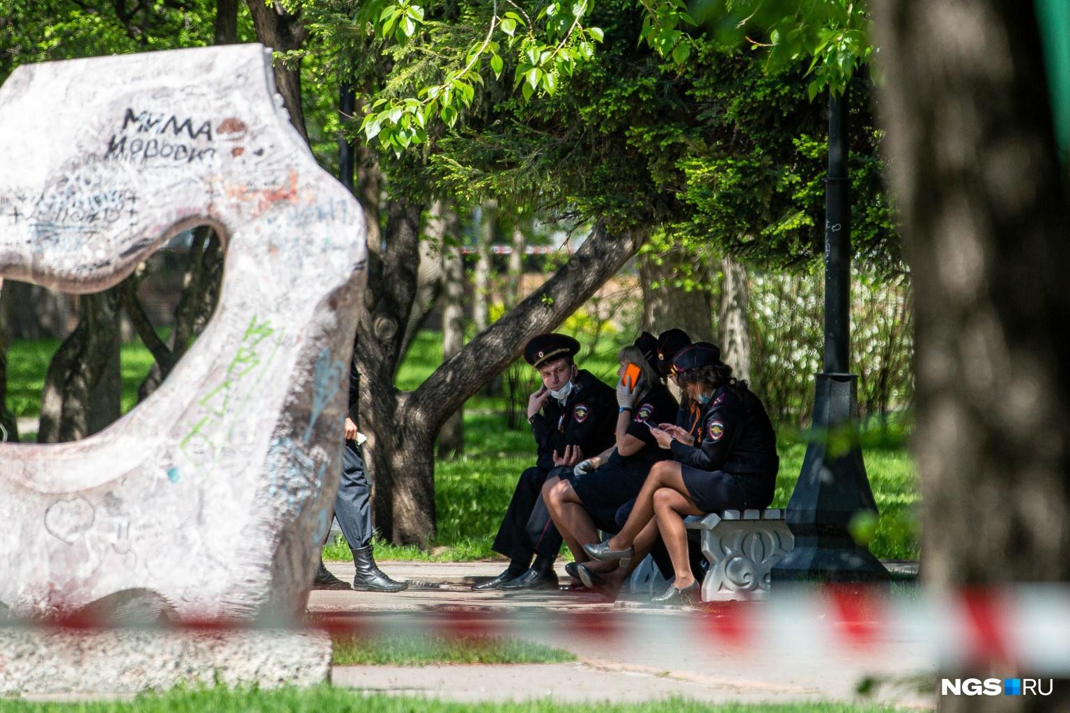 Полицейские охраняют Первомайский сквер — но не совсем понятно от кого