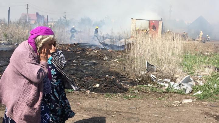 «Проводка подпалила потолок»: пожар в цыганском поселке под Самарой в 15 фото и двух видео