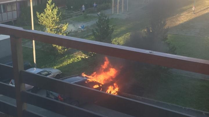 «Услышал хлопок»: в микрорайоне «Залесье» под Челябинском вспыхнула машина