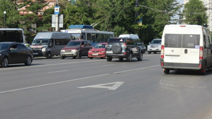 Дептранспорта попытался избавиться от пробок на Лукашевича после появления выделенной полосы