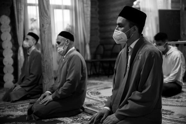 Из-за пандемии молитва проходила с соблюдением социальной дистанции. На всех прихожанах были медицинские маски