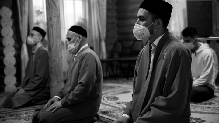 Намаз на дистанции и жертвоприношение в масках: как мусульмане Тюмени отпраздновали Курбан-байрам