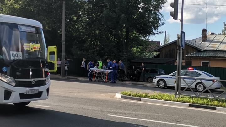 «Заносили на носилках в скорую»: в Ярославле иномарка сбила велосипедиста