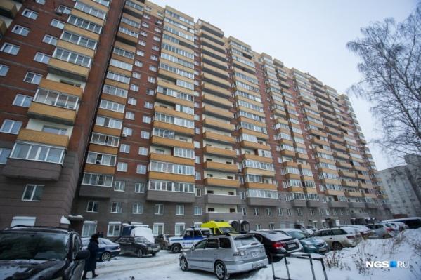 Тело девушки нашли под окнами многоэтажкки