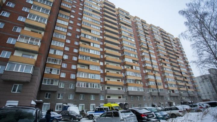 Во дворе печально известной многоэтажки в Октябрьском районе нашли мертвого подростка