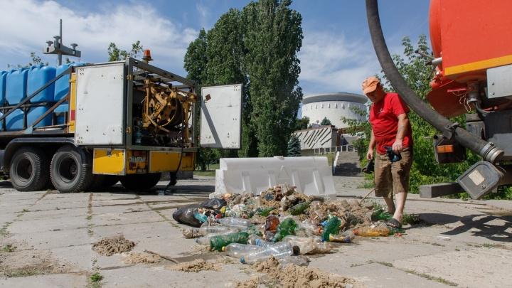 Вывезли три самосвала бутылок: в центре Волгограда чистят заброшенную ливневку центральной набережной