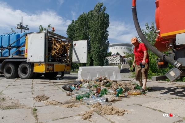 Пробить слой этого мусора каналопромывочные машины не в силах
