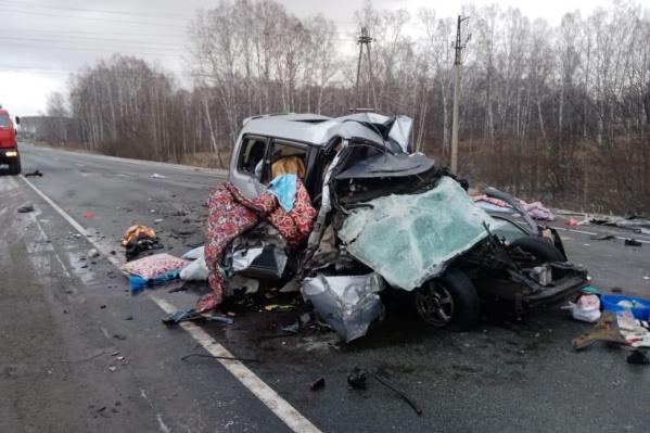 Микроавтобус Toyota Noah следовал со стороны Новосибирска в сторону Болотного. На машине были томские номера