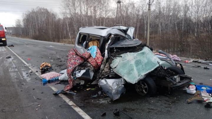 Двух человек пришлось вырезать из машины. Появились кадры с места ДТП в Болотнинском районе, где погибли дети