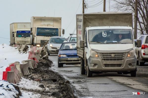 Автомобилисты вынуждены по часу стоять в пробке на разбитой дороге