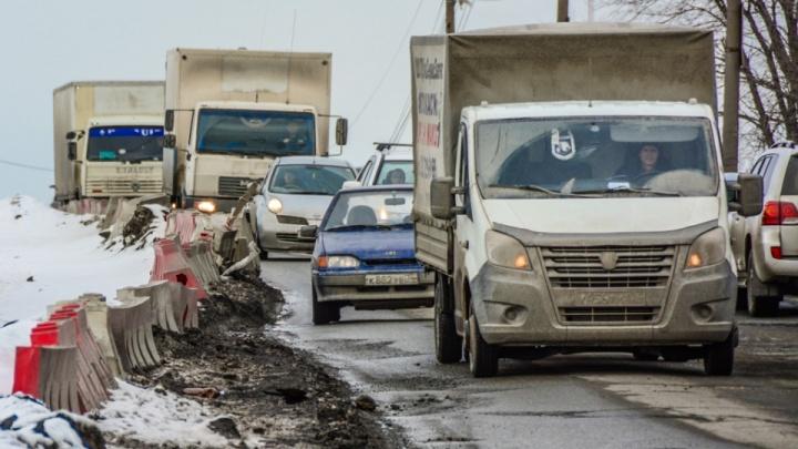 Челябинцы опаздывают на работу из-за ям на дороге возле строящегося моста. Как отреагировала мэр