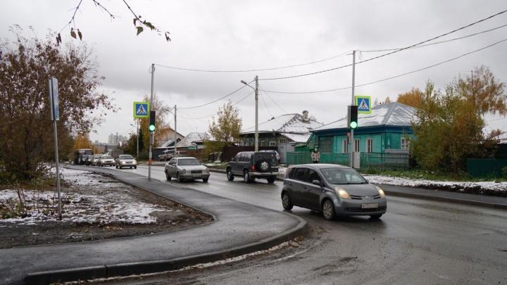 На Фадеева перенесли светофор — теперь школьникам нужно переходить три дороги вместо одной