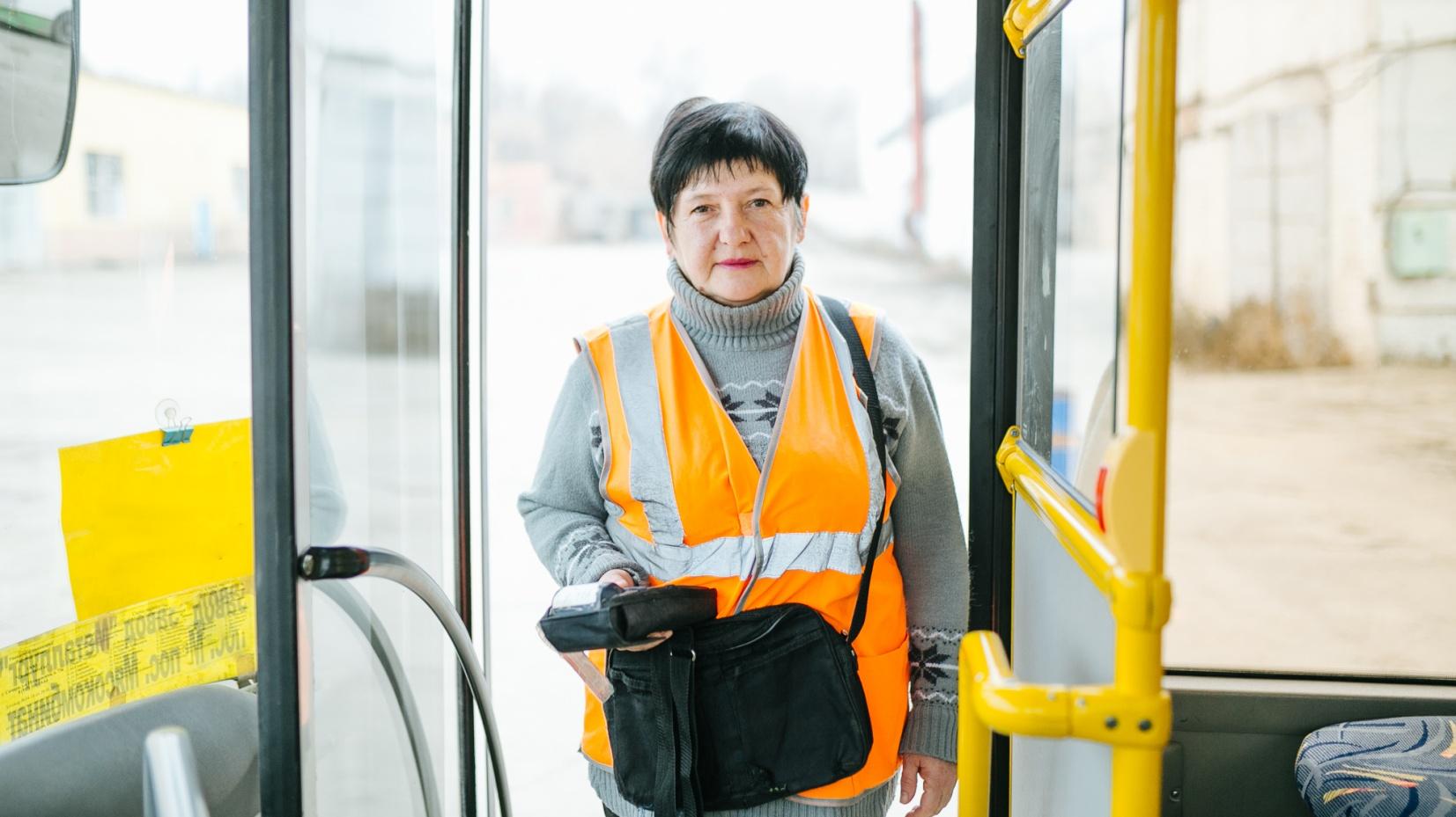 Вот так выглядит кондуктор автобусных маршрутов на рабочем месте