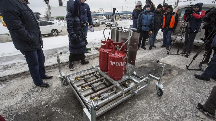 Власти купили разогреватель для зимнего ямочного ремонта в Новосибирске: его отправят на Бердское шоссе