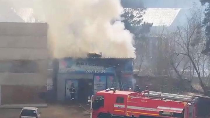 На Магаданской сгорел автосервис: вместе с ним пылала трава