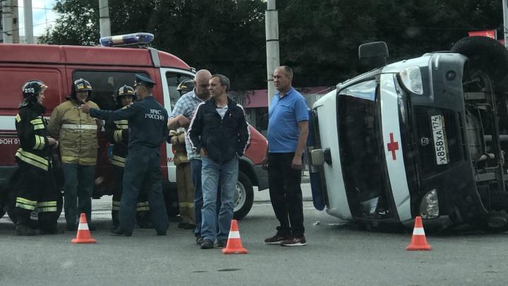 Машина скорой перевернулась в результате ДТП в Челябинской области, есть пострадавший