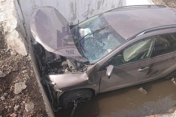 Автомобиль вошел в углубление практически полностью