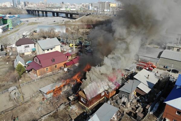 По словам очевидцев, столб дыма виден с Димитровского моста