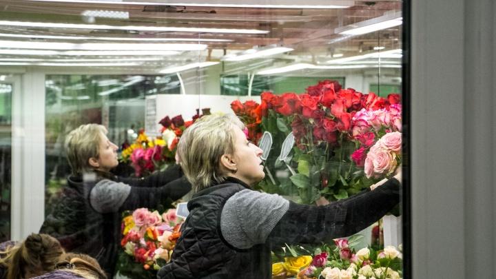 В Архангельске мужчина ворвался в цветочный магазин и украл букет из роз для бывшей жены