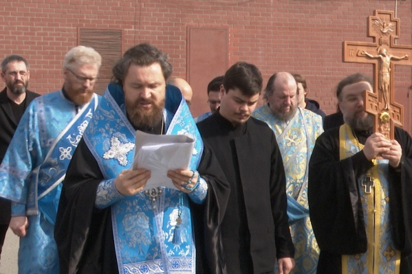 Во время остановок из автобуса доставали и саму икону, и огромный деревянный крест. Им после молитвы митрополит благословлял город