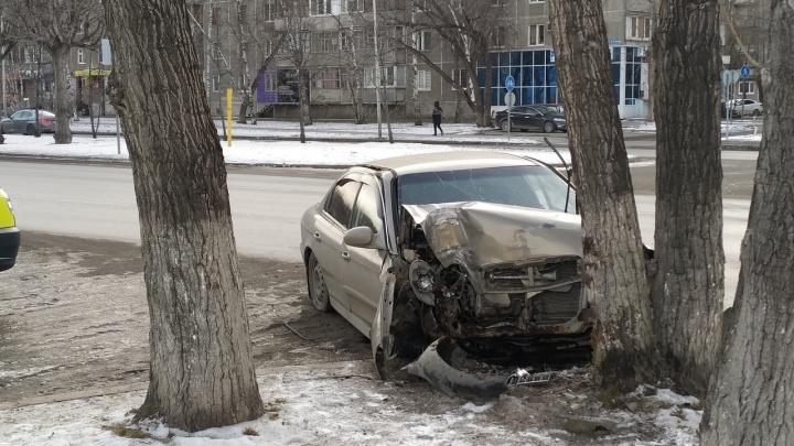 На 50 лет Октября пьяный водитель протаранил дерево