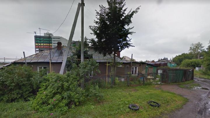 Новосибирец четыре часа просидел на крыше дома — снимать 85-летнего мужчину пришлось спасателям