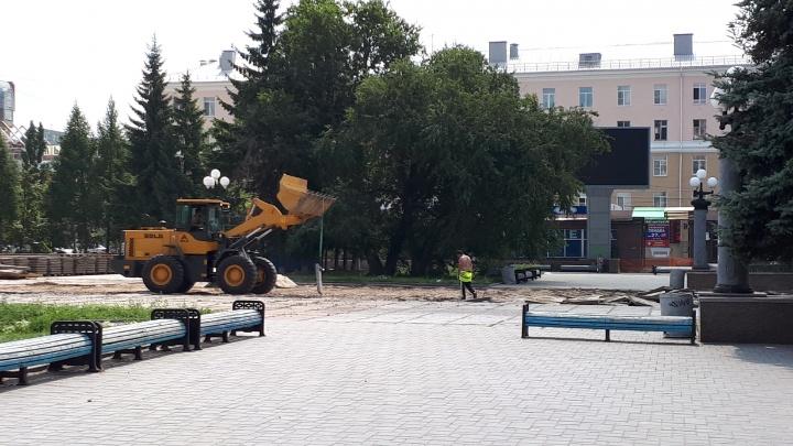 Началась вторая очередь благоустройства Театральной площади: здесь появятся новые скамейки и фонари