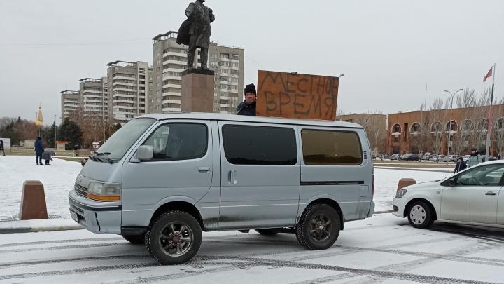 «Будем обращаться в Верховный суд»: в Волжском прошли одиночные пикеты в поддержку местного времени